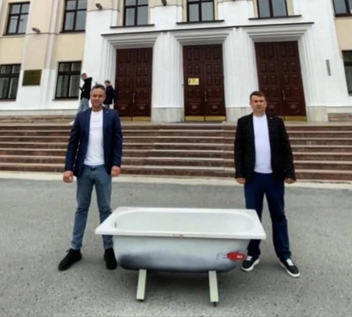 В Тюмени жители города принесли к Областной Думе ванну с вонючей водой