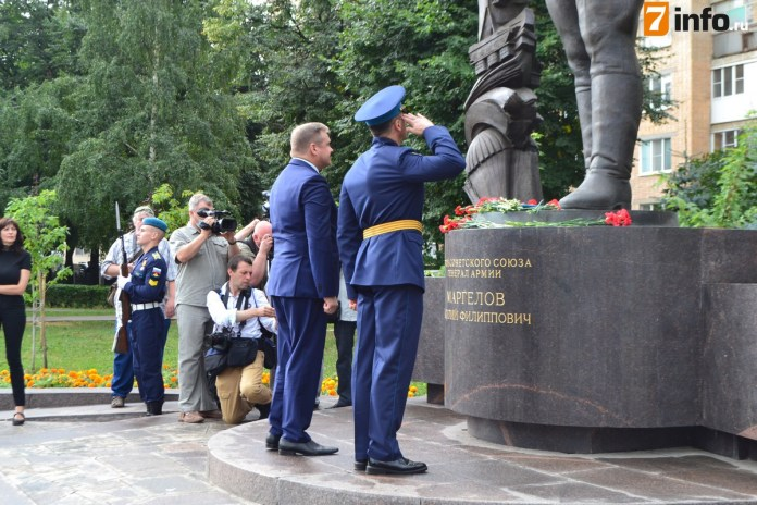 Николай Любимов возложил цветы к памятнику Маргелова