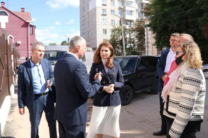 Юлия Рокотянская и Александр Сидоров проконтролировали установку нового ограждения