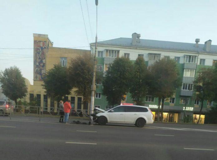 В Липецке иномарка влетела в дорожное ограждение