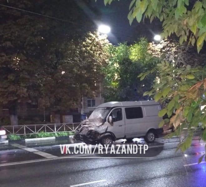 ДТП в центре Рязани: «Газели» снесло капот, серьёзно пострадал человек