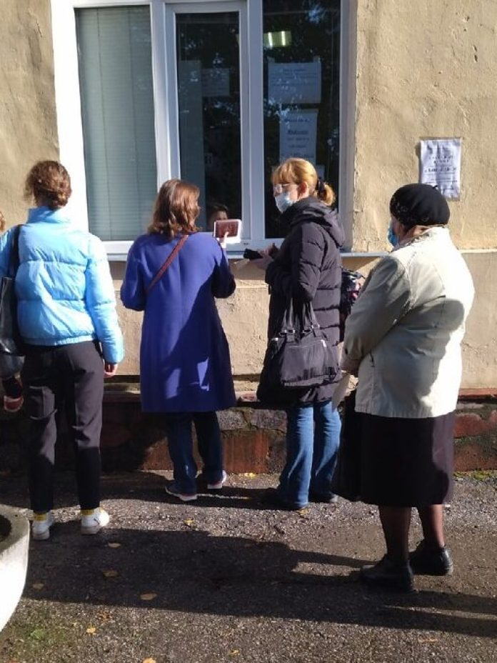 Очередь в регистратуру в поликлинике №4 выстроилась на улице
