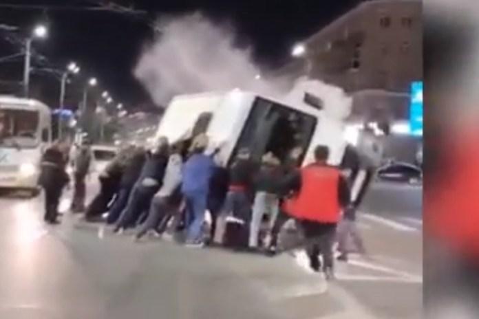 Прохожие перевернули автобус, чтобы спасти пострадавших в ДТП