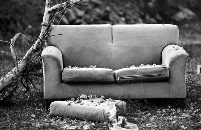 В Москве выкинули диван с заначкой 300 тыс. рублей