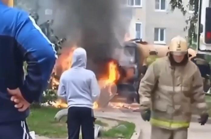 Во дворе на окраине Рязани загорелся грузовик