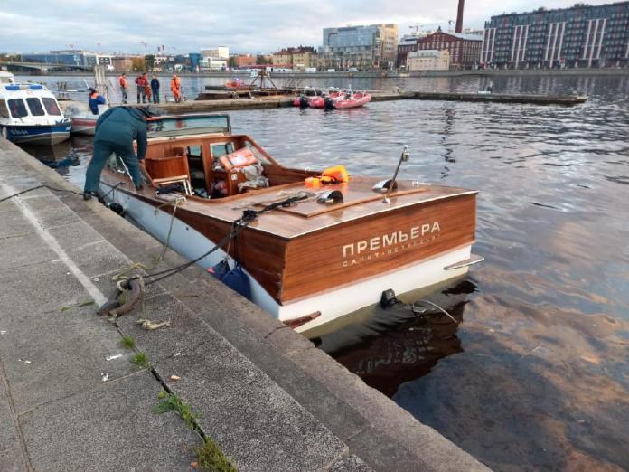 В Петербурге затонул прогулочный катер