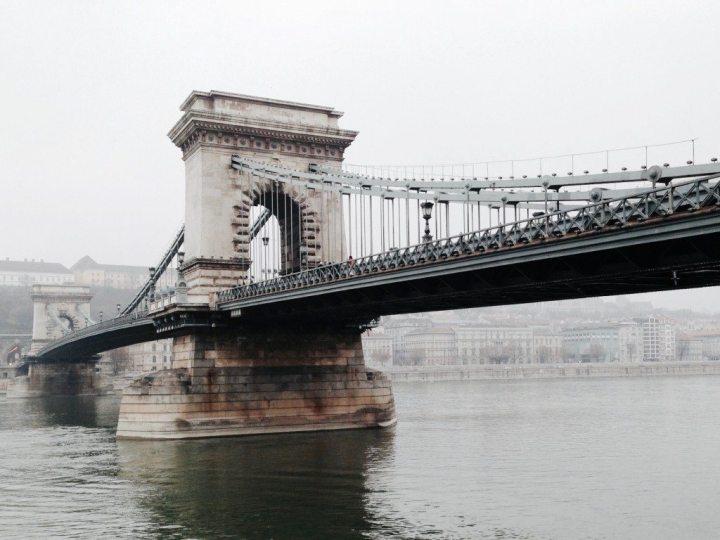 Die Kettenbrücke ist das Wahrzeichen von Budapest.