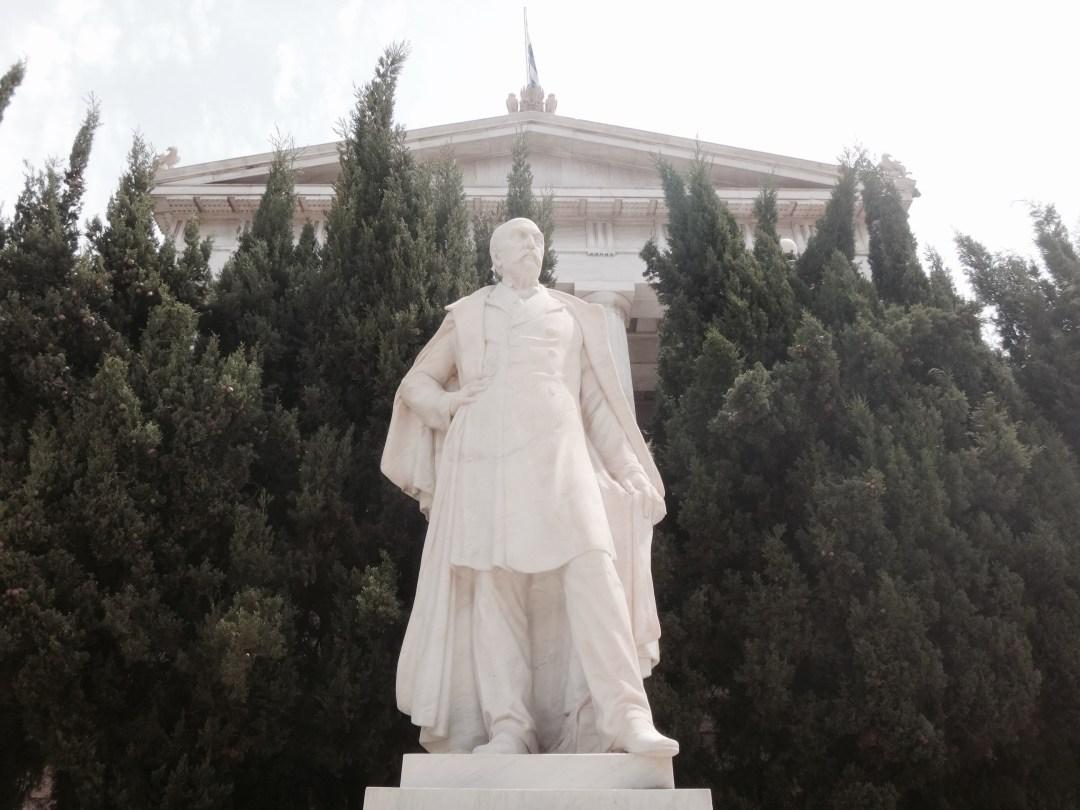 Skulptur vor der Nationalbibliothek.