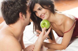 couple-in-bed-with-apple
