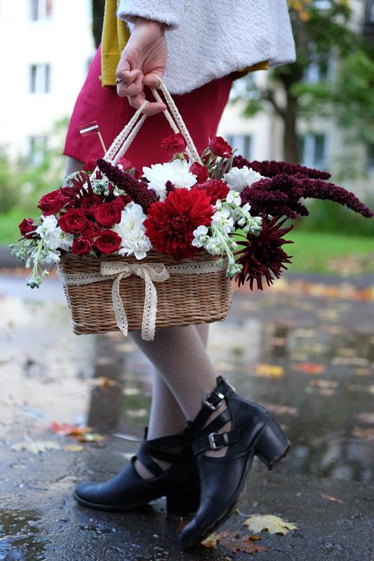 Композиция из живых цветов в корзине