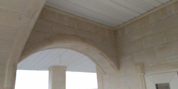 Вход, три арки, зубчики, незатейливые замки на дверных проемах