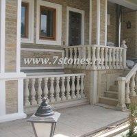 Фасад-и-колонны-из-доломита,-обрамления-и-балюстрада-из-песчаника