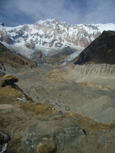 Un glaciar a los pies de la montaña