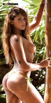 Amanda Rosa desnuda, muestra una mujer poderosa de pie con piel suave y tanga color limon que marcan su figura inigualabre