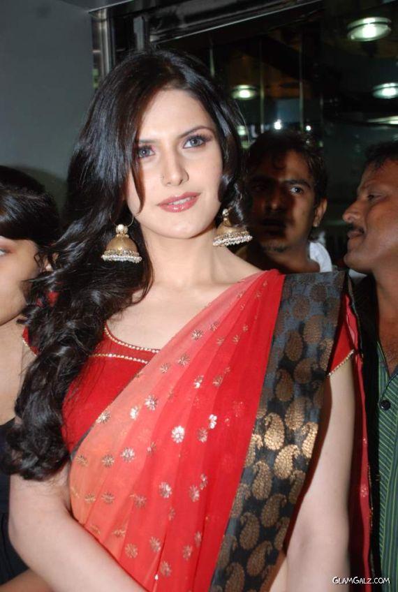 Zarine Khan Looking Glorious in Saree