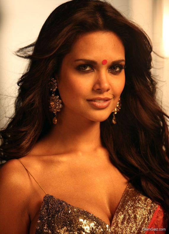 Bollywood Beauty Esha Gupta Photo Gallery