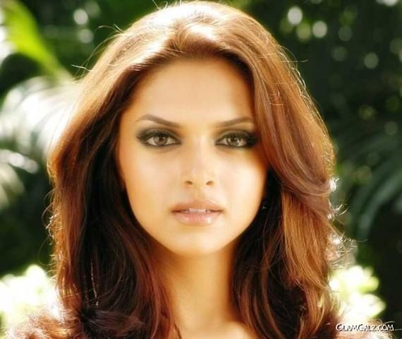 Deepika Padukone Sizzling Pictures