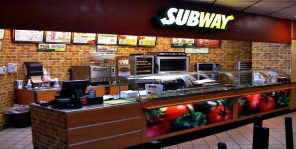 Empleada de Subway se duerme mientras prepara un sandwich | 800Noticias