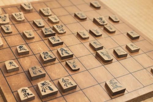 使い込んだ将棋盤と駒