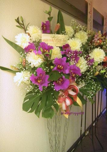 ダリアとカトレアを使ったお祝いのスタンド装花