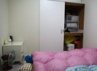 Schlafzimmer mit Wandschrank und Krümelmonster