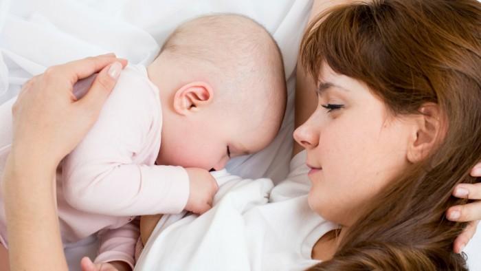 Грудное вскармливание полезно для мозга недоношенных детей