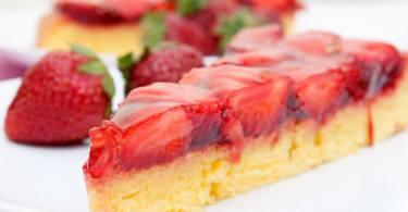 Новогодний торт из фиников и клубники
