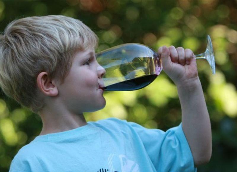 Родителям нельзя давать детям пробовать спиртное