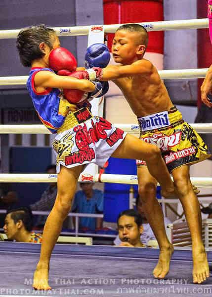 PhetJing Jang vs Gartoon - Boy vs Girl Fight Muay Thai - clinch-w1400