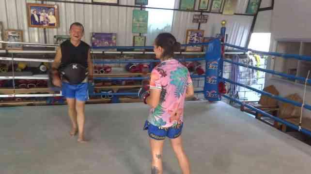 Arjan Surat - Dejrat Gym in Bangkok - Sylvie laughing