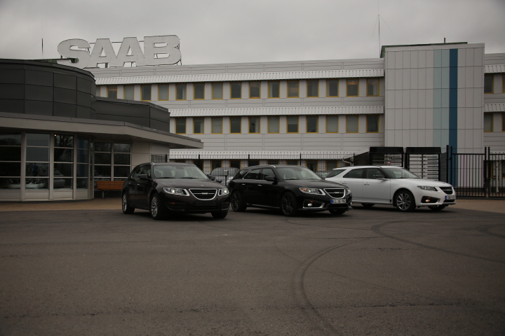 #YS3GP5MKXC9000017, #YS3GR5BZ9C9000004 and #YS3GP5MG9C4000017 in front of the main gate of the SAAB factory.