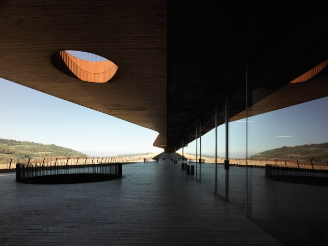 ARCHEA_CANTINA_ANTINORI_017_PS-Antinori-Winery-Archea-Associati-©-Pietro-Savorelli.jpg?fit=668%2C500