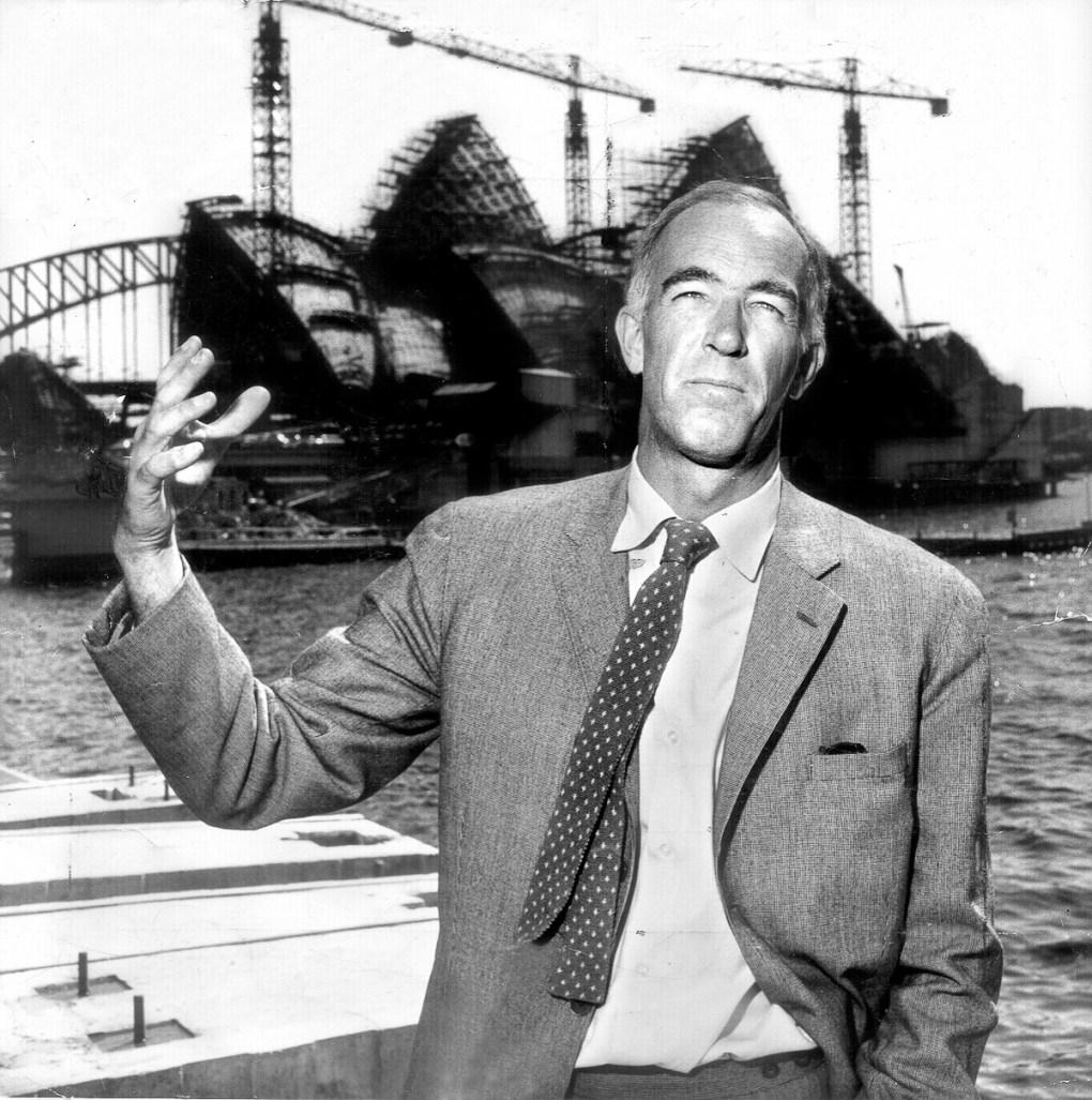 Arquitecto Jorn Utzon frente a la Ópera de Sídney en construcción c.1965. Foto: Newspix/Getty Images)