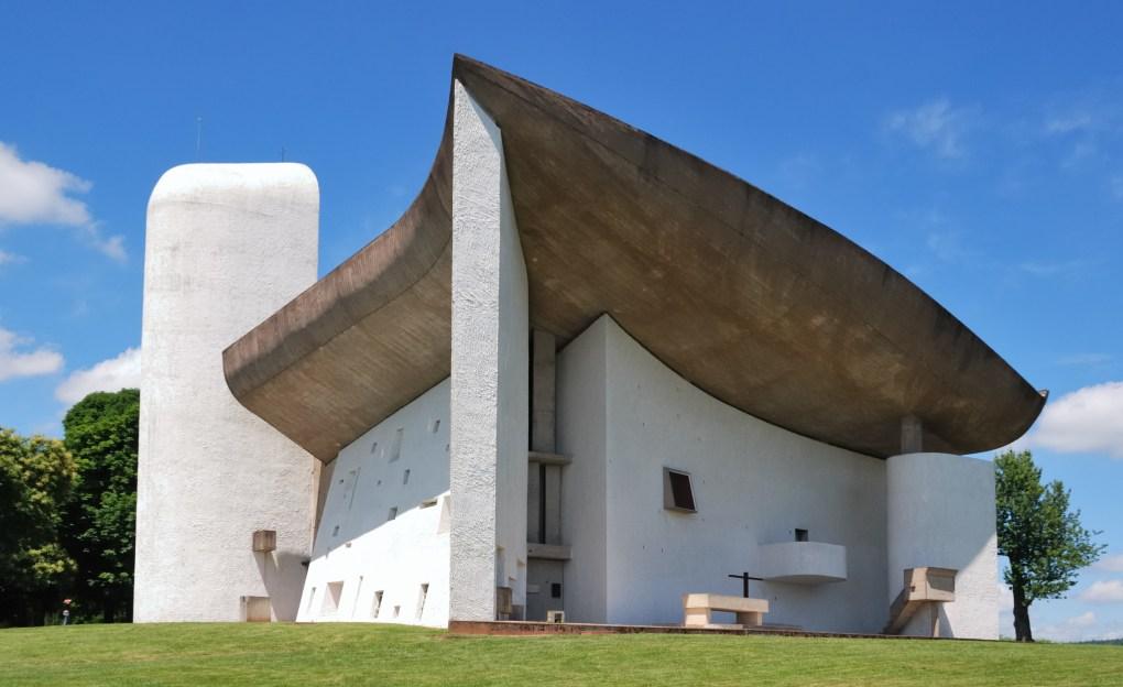 La capilla de Notre Dame du Haut en Ronchamp, Francia, construida entre 1950 y 1955, es uno de los ejemplos más importantes y más acertados de la arquitectura religiosa del siglo XX.