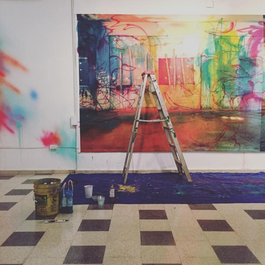 """Preparativos para """"Dorado a Color"""" por Sofía Maldonado. Sala de Exposiciones del Plata. Foto: arte_Fits Foundation"""