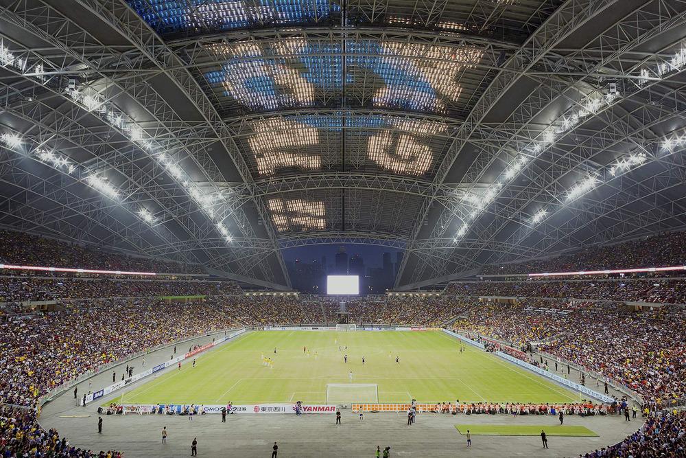 La sección movible del techo es un revestido en almohadas EFTE translúcidas e incorpora una red de luces LED que, a 20,000 metros cuadrados, es una de las pantallas LED más grandes del mundo. Foto: Arup Associates