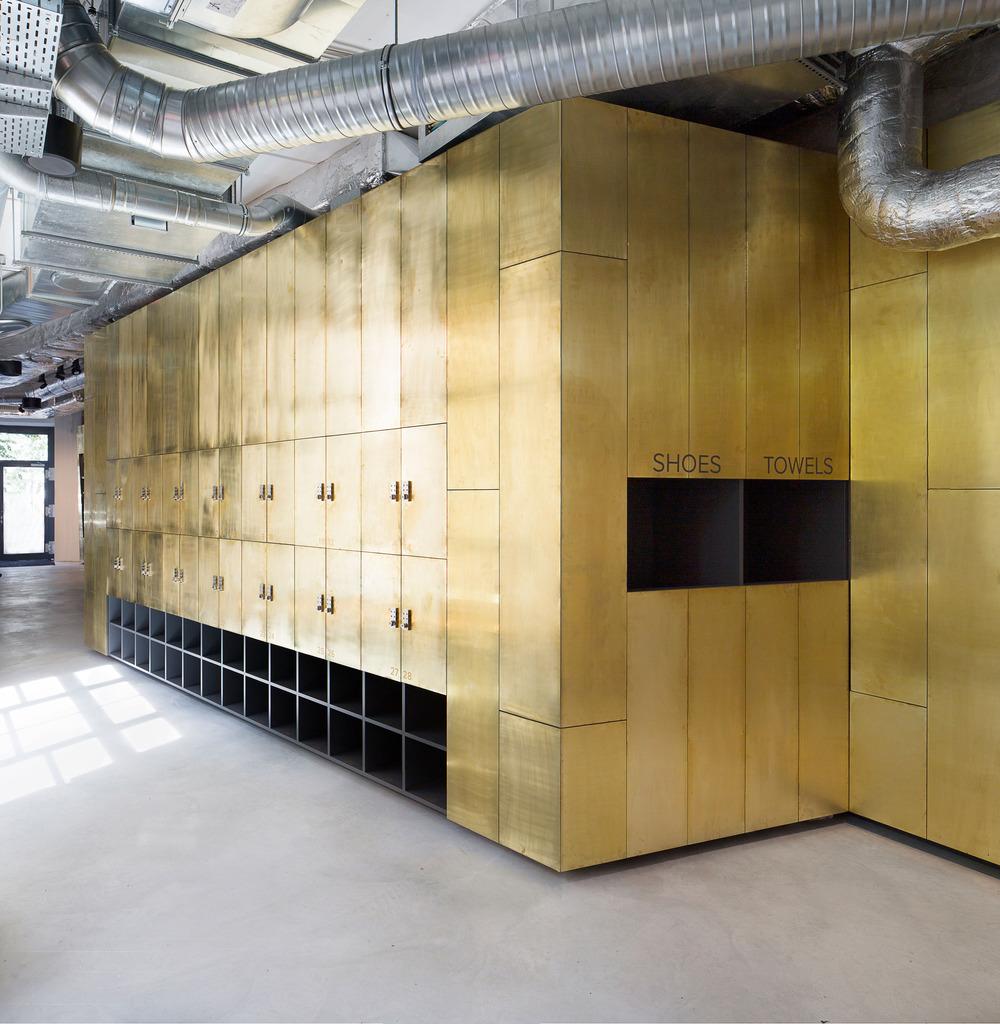 Módulo lleno de casilleros y dispensadores de agua. Foto: Sven Philipp