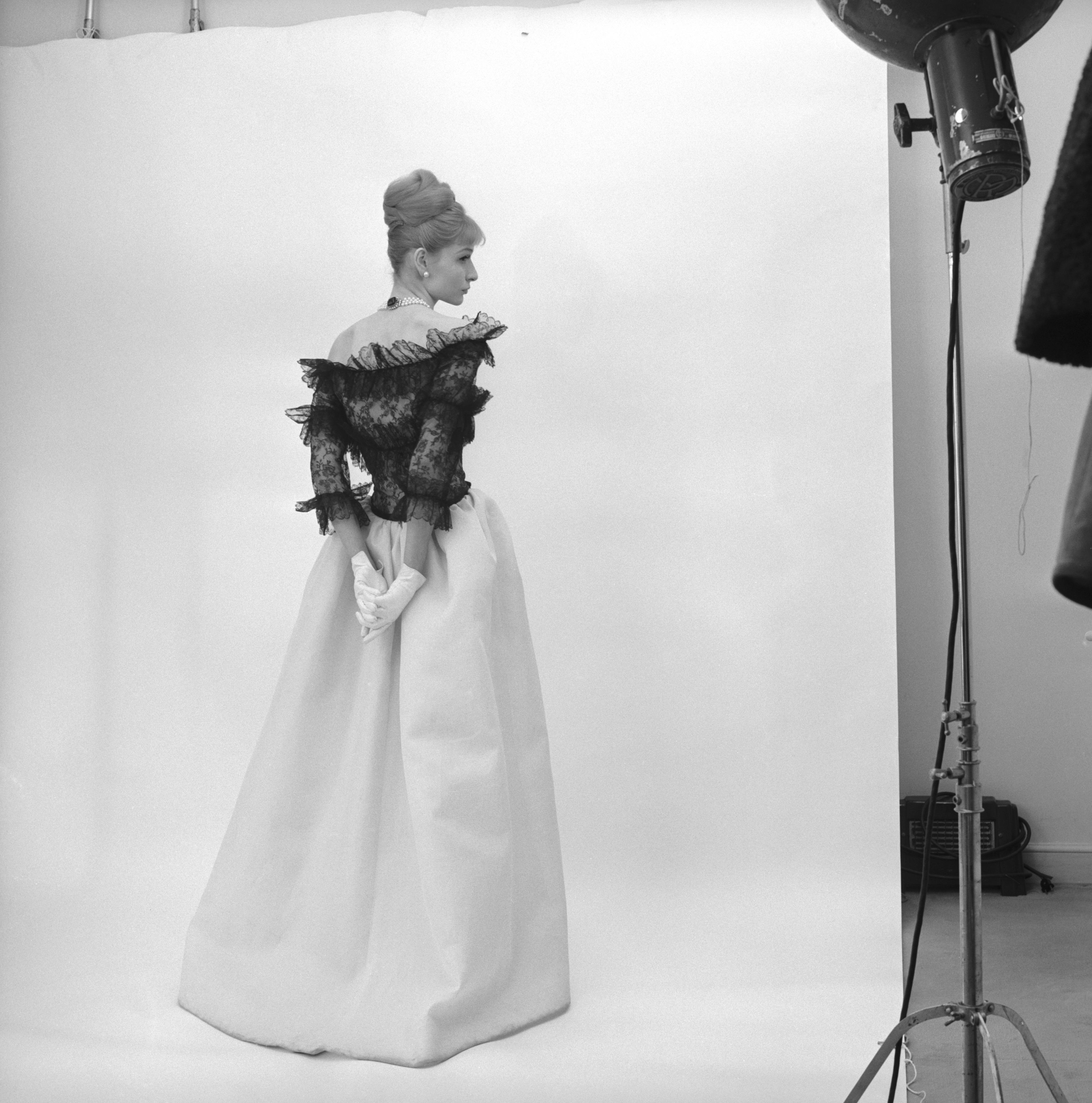 Balenciaga: Moldeando la Moda» se exhibe en el Victoria & Albert ...