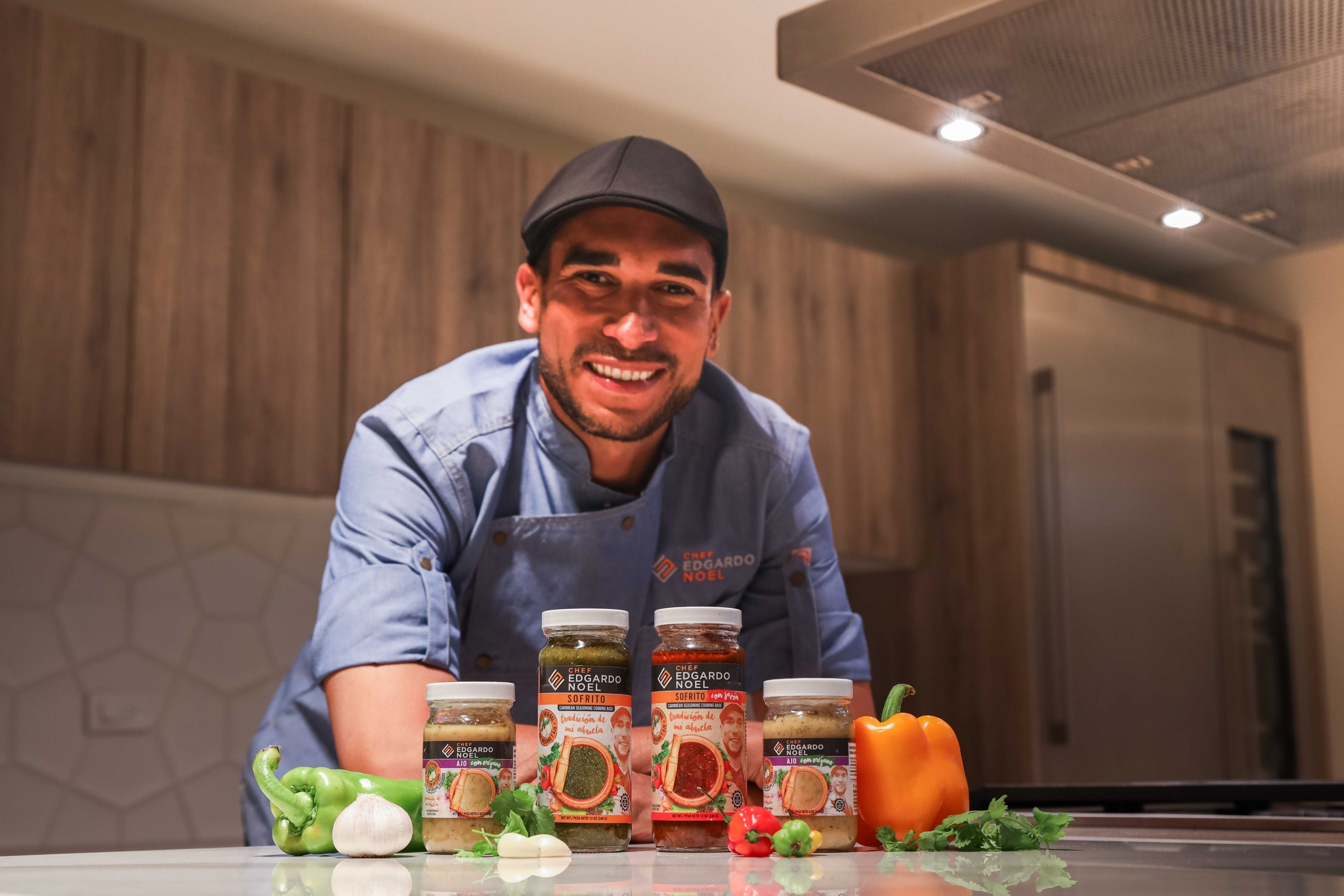 Chef Edgardo Noel con sus productos.