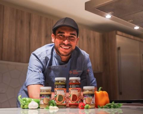 Chef Edgardo Noel con sus productos.