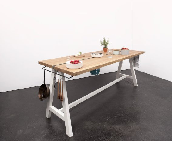 Cooking Table de Moritz Putzier. Foto: Caspar Sessler