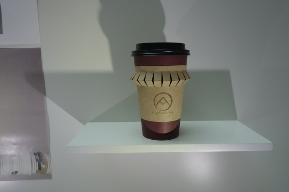 Mountain Rim Coffee Sleeve de Fabyan Blomme (Emily Carr University of Arts and Design, Vancouver, Canadá)