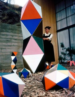 Ray Eames with an early prototype of »The Toy« in the patio of the Eames House, 1950 © Eames Office LLC