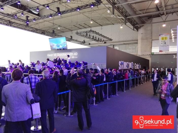 Kolejka do stoiska Samsunga w Barcelonie w czasie MWC 2016, gdzie było przygotowane stanowisko do wirtualnej jazdy w headsecie Gear VR na rollercoasterze - 90sekund.pl