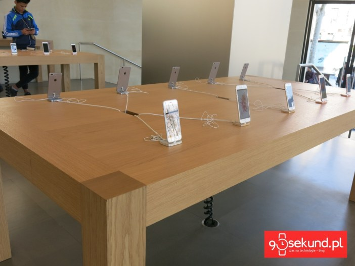 Stoisko z iPhone'ami w Sklepie Apple - 90sekund.pl