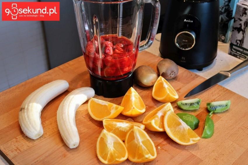 Owoce przed miksem w blenderze Amica BTK 5011 IN - 90sekund.pl