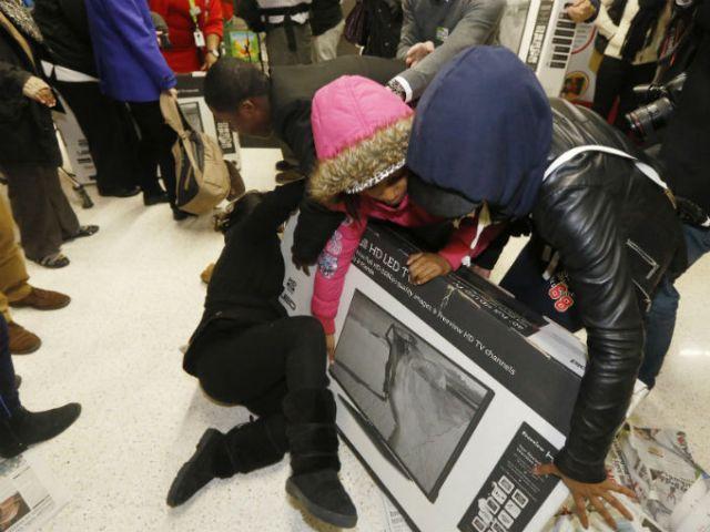 Ya empezaron a circular algunas peleas, la más iracunda fue protagonizada por un trío de mujeres en una tienda de lencería. Foto: Reuters