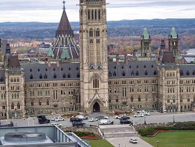 Antes del tiroteo en el Parlamento se registraron detonaciones en el Monumento a los Caídos y en un centro comercial, ubicados cerca de la sede legislativa. Foto: AP