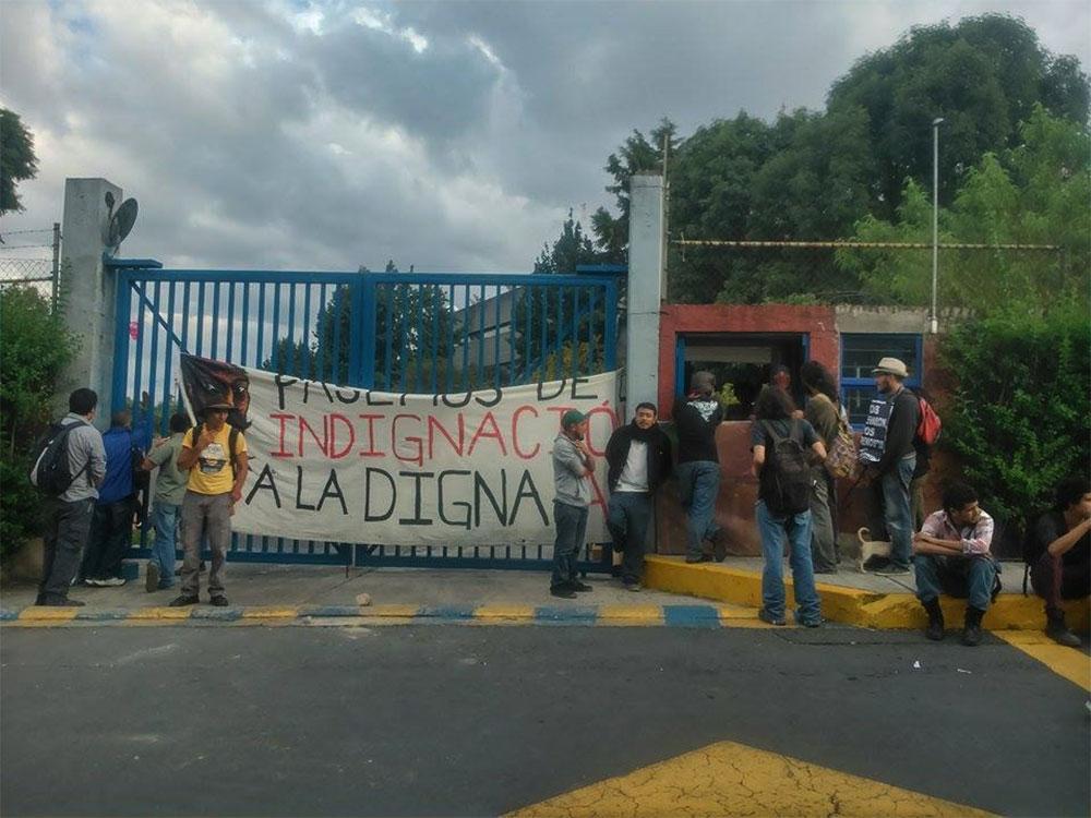 Encapuchados llegaron a TV UNAM para solicitar se transmita un mensaje en apoyo a los normalistas de Ayotzinapa. Foto: Facebook Desinformémonos