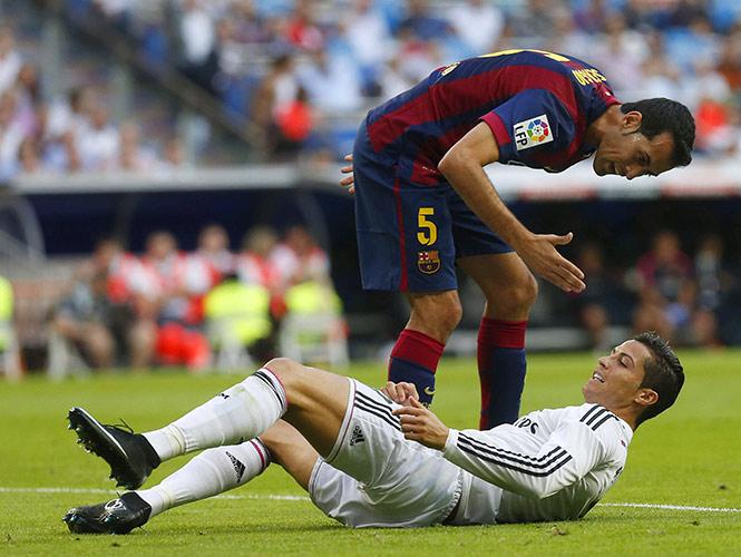 Cristiano Ronaldo reclamaba una falta, pero el árbitro no la marca. Pedro le da algunas palabritas y de inmediato el luso se levantó (EFE)